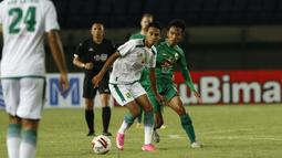 Marselino Ferdinan yang baru dimainkan oleh Persebaya Surabaya selama Babak Penyisihan Piala Menpora 2021 tampil dengan tenang dan menjanjikan saat melawan PS Sleman. (Foto: Bola.com/Ikhwan Yanuar)