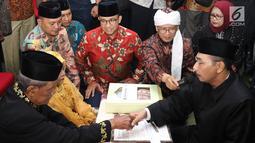Gubernur DKI Jakarta, Anies Baswedan dan Abdullah Gymnastiar menjadi saksi pernikahan pasangan tertua dalam nikah massal dan isbat nikah pada malam pergantian tahun 2018-2019 di Jakarta, Senin (31/12). Liputan6.com/Helmi Fithriansyah)