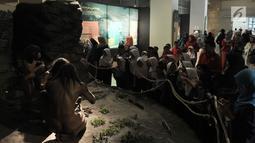 Rombongan siswa Sekolah Dasar (SD)  melihat sejarah manusia purba di Museum Nasional, Jakarta, Selasa (26/6). Merayakan ulang tahun Jakarta ke-491, Pemprov DKI menggratiskan tiket masuk museum-museum yang berada di Jakarta. (Merdeka.com/ Iqbal S. Nugroho)