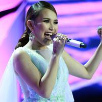 Ayu terlihat sangat bahagia karena konser album pertamanya yang bertema The Best Of Ayu Ting Ting akhirnya dilaksanakan dan sukses. (Deki Prayoga/Bintang.com)