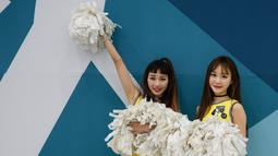 Dua Cheerleader berpose sebelum pertandingan di tempat hoki es Gangneung di Olimpiade Musim Dingin Pyeongchang 2018 di Gangneung, Korea Selatan (17/2). (AFP Photo/Ed Jones)