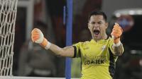 Kiper Persija Jakarta, Andritany Ardhiyasa, merayakan gol yang dicetak oleh Marko Simic ke gawang Arema FC pada laga Liga 1 di SUGBK, Jakarta, Sabtu (31/3/2018). Babak pertama berakhir imbang 1-1. (Bola.com/M Iqbal Ichsan)