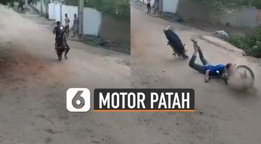 Tiba-tiba ketika ia melakukan freestyle dengan menjumpingkan motornya.