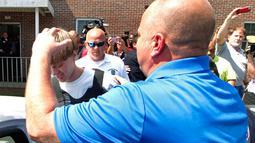 Polisi saat memasukkan Dylann Roof (21), terduga pelaku penembakan 9 orang di gereja Emanuel AME ke dalam sebuah kendaraan di Shelby  Carolina Selatan, Kamis (18/6/2015). (REUTERS/Jason Miczek)