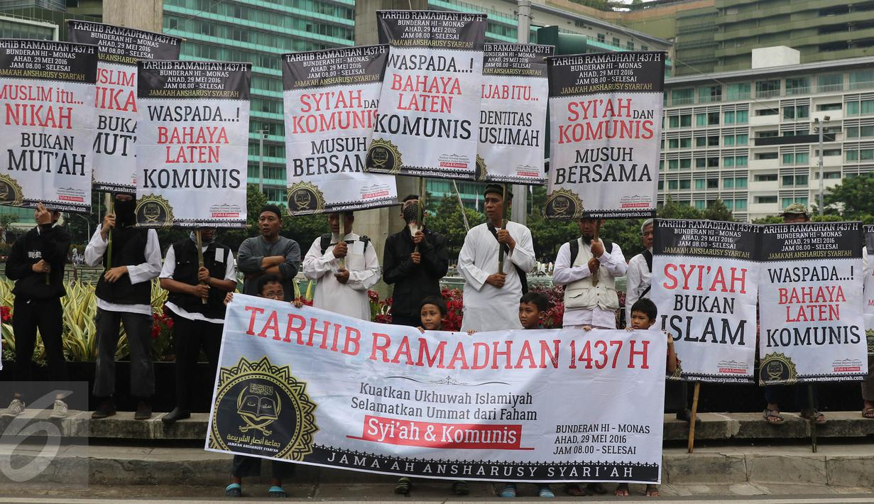 Sejumlah masa dari Jama'ah Ansharusy Syariah melakukan aksi Tarhib Ramadhan di Bundaran HI, Jakarta Pusat, Minggu (29/5). Aksi tersebut selain Tarhib Ramadhan mereka juga menolak ajaran syi'ah, Komunis dan kaum LGBT. (Liputan6.com/Herma Zakharia)