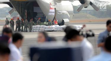 Prajurit TNI AU memasukkan bantuan kemanusiaan Rohingya ke dalam pesawat Hercules di Lanud Halim Perdanakusuma, Jakarta, Rabu (13/9). Sebanyak 34 ton bantuan itu berupa beras, bahan siap saji, tenda, dan selimut. (Liputan6.com/Faizal Fanani)