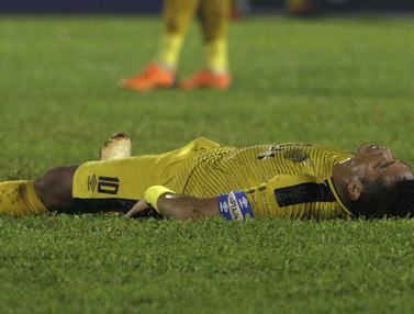 Bek Bhayangkara FC, Jajang Mulyana, terjatuh saat melawan PSIS Semarang pada laga Piala Indonesia. (Bola.com/Yoppy Renato)