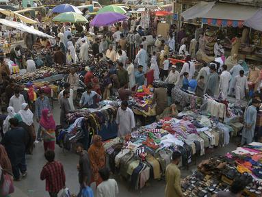 Suasana Raja Bazar jelang Hari Raya Idul Fitri, Rawalpindi, Pakistan, Selasa (19/5/2020). Raja Bazar terpantau ramai setelah pemerintah Pakistan melonggarkan lockdown karena pandemi virus corona COVID-19. (Farooq NAEEM/AFP)