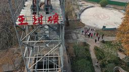 Foto dari udara menunjukkan wisatawan berkunjung ke Tambang Wangfeng di Distrik Zhongzhan, Kota Jiaozuo, Provinsi Henan, China tengah (29/11/2020). Dalam beberapa tahun terakhir, otoritas setempat mengubah tambang berusia seabad itu menjadi kawasan wisata dan budaya. (Xinhua/Feng Xiaomin)