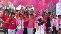 Ribuan orang berlari dan berjalan kaki dengan baju berwarna pink demi kampanyekan pentingnya deteksi dini kanker payudara.