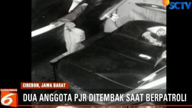 Kedua korban yang merupakan anggota Patroli Jalan Raya (PJR) TolKanci - Pejagan mengalami luka cukup serius pada bagian tangan dan dada.