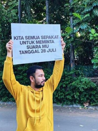 Raffi Ahmad mengangkat poster untuk meminta suara (Instagram)