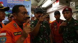 Panglima TNI Marsekal Hadi Tjahjanto bersama anggota Basarnas usai memberi keterangan pers terkait perkembangan pencarian Lion Air JT 610 di Pelabuhan JICT 2 Tanjung Priok, Jakarta, Rabu (31/10). (Merdeka.com/Imam Buhori)