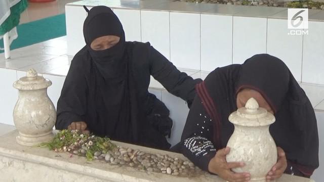Megalia dan ketiga anaknya terpaksa tinggal di dekat makan Almarhum suami karena sengketa rumah. Sang suami, Almarhum Habib Abdullah menjadi tergugat kasus eksekusi rumah.