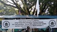 Paguyuban PKL Cikapundung Barat memasang bendera putih tanda terdampaknya usaha mereka di masa pembatasan kegiatan masyarakat, Senin (19/7/2021). (Liputan6.com/Huyogo Simbolon)