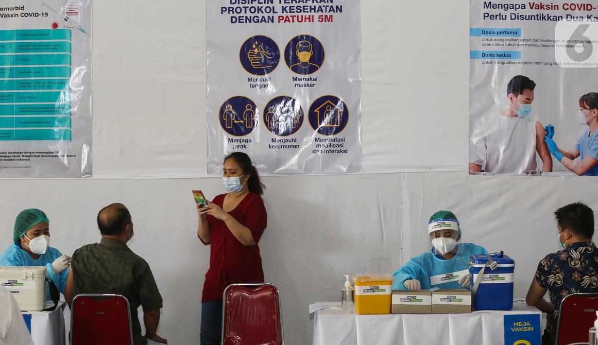 Karyawan swasta di vaksinasi gotong royong di Senayan Park, Jakarta, Rabu (19/5/2021). Kadin telah menghimpun lebih dari 22.000 badan usaha yang mendaftar karyawan atau dengan keluarga karyawa terhitung sejak akhir Januari hingga saat ini. (Liputan6.com/Fery Pradolo)