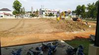 Aktivitas pembenahan lapangan Kottabarat, Kota Solo, sebagai lapangan pendukung untuk gelaran Piala Dunia U-20 tahun 2021. (Bola.com/Vincentius Atmaja)