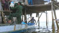 Penyaluran sembako yang dilakukan kepada warga Suku Bajo Konawe ditengah pandemi Covid-19, Senin (20/4/2020).(Liputan6.com/Ahmad Akbar Fua)