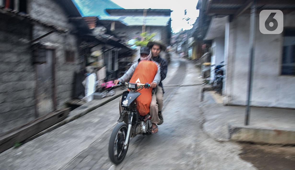 Anggota Ojek Pajero Sindoro Sumbing atau Jekpass mengantarkan pendaki menuju basecamp pendakian Gunung Sindoro via Alang-alang Sewu, Desa Kertek, Wonosobo, Senin (13/9/2021). (merdeka.com/Iqbal S Nugroho)
