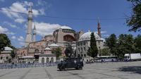 Kendaraan polisi berpatroli di depan Hagia Sophia di Istanbul pada 11 Juli 2020. Pemerintah Turki memutuskan untuk mengembalikan status Hagia Sophia menjadi masjid setelah difungsikan sebagai museum. (Ozan KOSE/AFP)