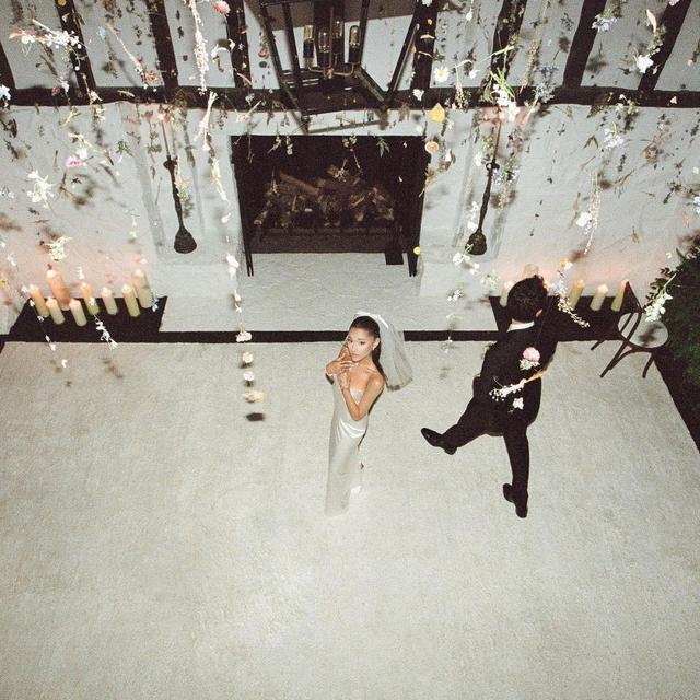 Akhirnya Dipublikasikan, Ini 6 Momen Pernikahan Ariana Grande dan Dalton Gomez