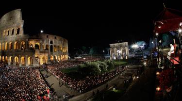 Paus Fransiskus (kanan) memimpin prosesi Jalan Salib saat memperingati Jumat Agung di sekitar bangunan  Colosseum, Roma, Italia, Jumat (19/4). Jalan Salib (Via Crucis) adalah devosi yang telah dipraktikkan oleh umat kristiani selama berabad-abad. (AP Photo/Andrew Medichini)
