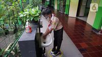 Siswa mencuci tangan saat uji coba kegiatan belajar tatap muka di SDN Kenari 07/08 Pagi, Jakarta, Rabu (9/6/2021). SDN Kenari 07/08 Pagi menjadi salah satu dari 226 sekolah di Jakarta yang ditetapkan sebagai tempat uji coba kegiatan belajar tatap muka tahap kedua. (Liputan6.com/Herman Zakharia)