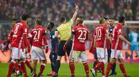 Wasit Felix Zwayer mengeluarkan kartu merah kepada gelandang RB Leipzig Emil Forsberg (tak ada digambar) pada laga melawan Bayern Munchen di Allianz Arena, Rabu (21/12/2016). (AFP/Gunter Schiffmann)