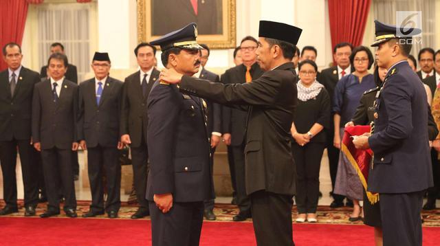 Presiden Joko Widodo menyematkan tanda kepangkatan sebagai Panglima TNI kepada Marsekal Hadi Tjahjanto di Istana Negara, Jakarta, Jumat (8/12). Hadi Tjahjanto mengantikan Gatot Nurmantyo. (Liputan6.com/Angga Yuniar)