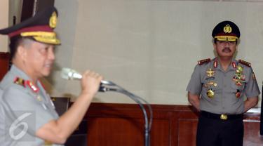 Kepala Badan Intelijen Negara Jenderal Pol Budi Gunawan (kanan) menyimak amanat Kapolri Jenderal Pol Tito Karnavian saat pelantikan Komjen Pol Syafruddin sebagai Wakapolri di Rupatama Mabes Polri, Jakarta, Sabtu (10/9). (Liputan6.com/Helmi Fithriansyah)
