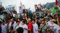 Di tengah itu, massa juga melantunkan shalawat untuk memberi semangat kepada pendukung Prabowo lainnya, Jakarta, Kamis (21/8/14). (Liputan6.com/Faizal Fanani)