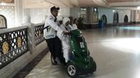 Sakit, jemaah calon haji ini melakukan sa'i dengan menggunakan skuter matik. (MCH Indonesia)
