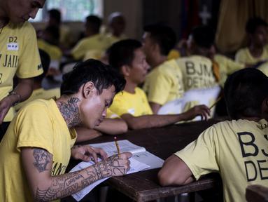 Sejumlah narapidana mengikuti Ujian Akreditasi Nasional dan Pemeriksaan Kesetaraan di Penjara Manila City, Filipina, Minggu (19/11). Sekitar 900 napi, kebanyakan kasus narkoba, berpartisipasi dalam ujian sekolah dasar dan menengah atas. (NOEL CELIS/AFP)