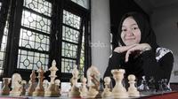 Medina Warda Aulia adalah Grandmaster Wanita Termuda di Indonesia. Ia meraih gelar tersebut saat berusia 16 tahun 2 bulan. (Bola.com/M Iqbal Ichsan)
