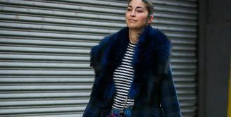Di hari-hari yang dingin kamu bisa memadukan kulot jeans dengan mantel dan sepatu boot untuk menghadirkan statement look. Foto: whowhatwear.