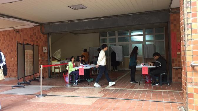 Salah satu tempat memberikan hak suara warga Taiwan di Beitou Elementry School. (Liputan6.com/Teddy Tri Setio Berty)