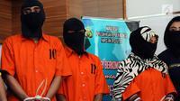 Tiga tersangka kasus penyebaran ujaran bernada kebencian lewat internet digiring polisi saat rilis di Jakarta, Rabu (23/8). Tiga tersangka masuk dalam satu kelompok. (Liputan6.com/Helmi Fithriansyah)