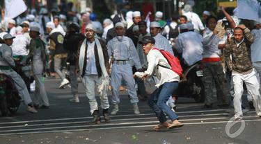 FPI Mengamuk, Polisi Dihujani Batu