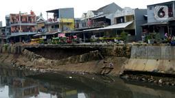 Kondisi turap Kali Sunter yang ambles di Jalan Cinta, Pulogadung, Jakarta Timur, Rabu (8/1/2020). Turap sepanjang 37 meter dengan tinggi 5 meter ambles akibat terkikis derasnya air kali saat hujan deras mengguyur Jakarta pada 1 Januari 2020 lalu. (merdeka.com/Imam Buhori)