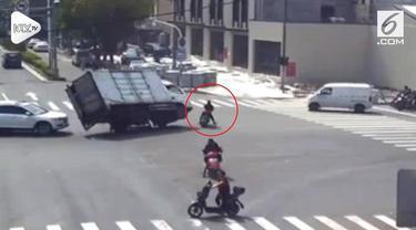 Video ini menunjukkan sebuah truk yang kehilangan kendali, hampir menabrak motor dan sang pengendara motor mampu menghindarinya.