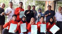 Enam atlet taekwondo asal Jawa Barat yang bertarung diajang Asian Games 2018, mendapat penghargaan berupa bonus dari Pengprov TI Jabar. (Bola.com/Erwin Snaz)