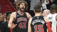 Ekspresi pemain Chicago Bulls, Robin Lopez (42) rsaat melakukan protes pada laga NBA basketball game, di American Airlines Arena, Miami, (29/3/2018). Heat menang 103-92. (AP/Joel Auerbach)