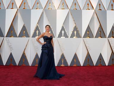 Aktris Sofia Vergara berpose pada red carpet Oscar 2016 di Hollywood, California, Minggu (28/2). Sofia tampil cukup klasik dalam balutan gaun strapless biru gelap yang dihiasi kristal. (REUTERS/Lucy Nicholson)