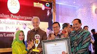 Ganjar Pranowo meraih penghargaan sebagai Provinsi pengelola sistem pengaduan publik terbaik nasional dari Kementerian Pemberdayaan Aparatur Negara Reformasi Birokrasi (Kemenpan RB).
