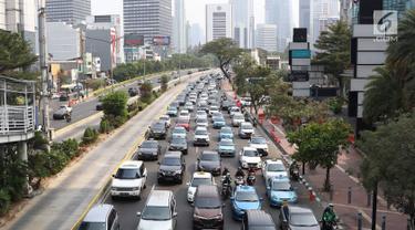 Kendaraan melintas di Jalan Jenderal Sudirman, Jakarta, Minggu (14/10). Badan Pengelola Transportasi Jabodetabek (BPTJ) menyatakan sistem ganjil genap diperpanjang hingga 31 Desember 2018. (Liputan6.com/Immanuel Antonius)