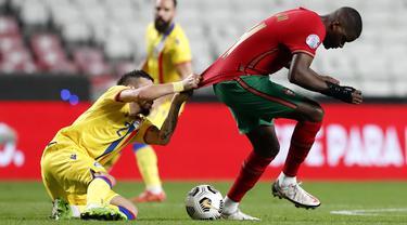 Penyerang timnas  Andorra, Cristian Martinez menarik jersey gelandang Portugal, William Carvalho dalam pertandingan uji coba internasional di Estadio da Luz, Kamis (12/11/2020) dini hari WIB. Portugal menang 7-0 atas tamunya, Andorra . (AP Photo/Armando Franca)