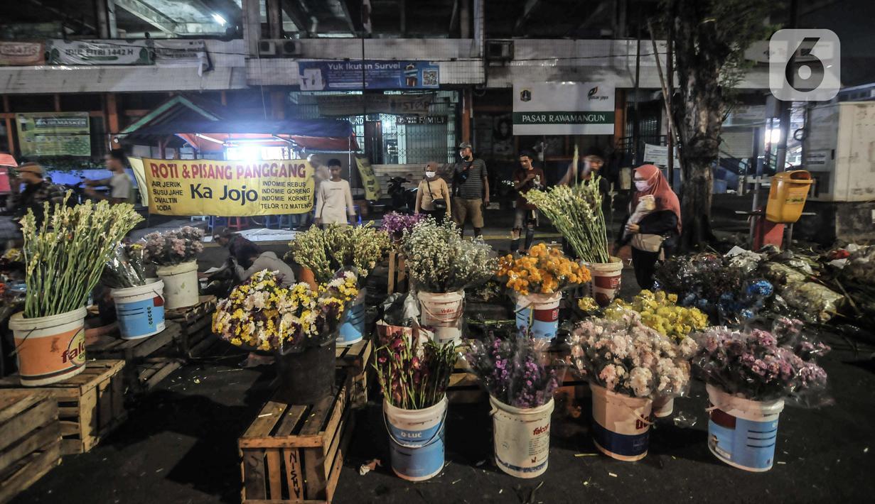 Warga saat membeli bunga hias di Pasar Rawamangun, Jakarta, Rabu (12/5/2021). Berburu bunga hias seperti sedap malam dan krisan merupakan salah satu tradisi warga muslim di Ibu Kota untuk digunakan sebagai penghias rumah saat perayaan Idul Fitri. (merdeka.com/Iqbal S. Nugroho)