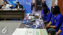 Badan Narkotika Nasional (BNN) tangkap oknum Polisi yang kendalikan peredaran sabu dan ekstasi jaringan Medan-Balikpapan, Jakarta, Senin (23/11). Dari tangan tersangka, BNN mengamankan barang bukti 1kg sabu dan 141 ekstasi. (Liputan6.com/Yoppy Renato)