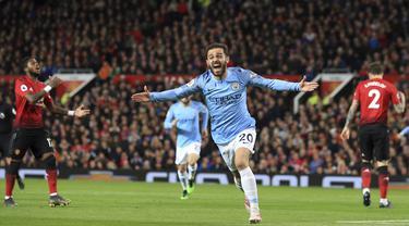 Penyerang Manchester City, Bernardo Silva, melakukan selebrasi usai membobol gawang Manchester United pada laga Premier League di Stadion Old Trafford, Rabu, (24/4). Manchester United takluk 0-2 dari Manchester City. (AP/Jon Super)