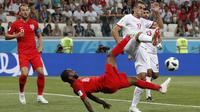 Gelandang Inggris, Raheem Sterling, melakukan tendangan salto saat melawan Tunisia pada laga Grup G Piala Dunia di Volgograd Arena, Volgograd, Senin (18/6/2018). Inggris menang 2-1 atas Tunisia. (AP/Frank Augstein)
